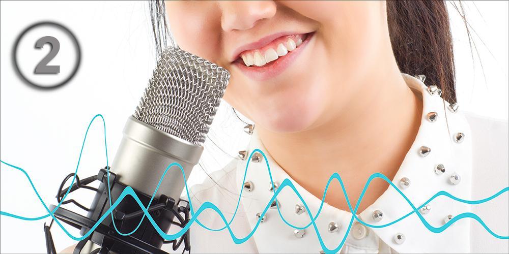 Lydbølger og jente snakker i mikrofon. Manipulert foto.