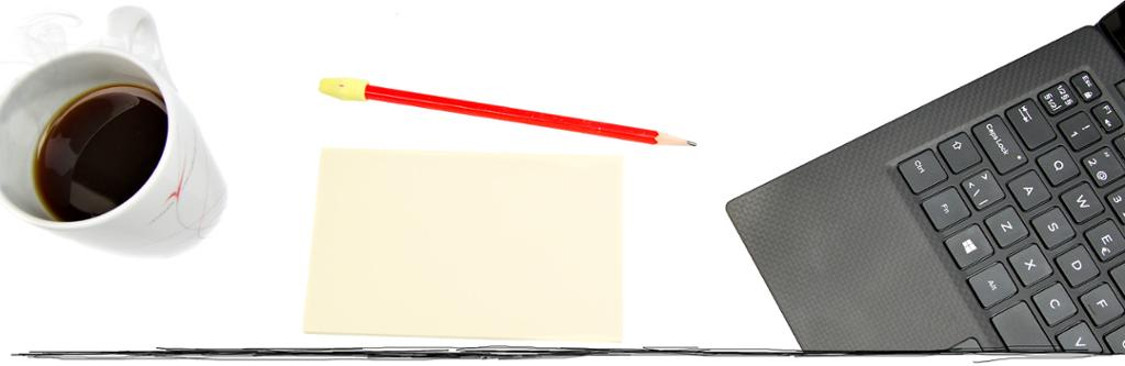 Kaffekopp, notatblokk og datamaskin. Bildekollasj.