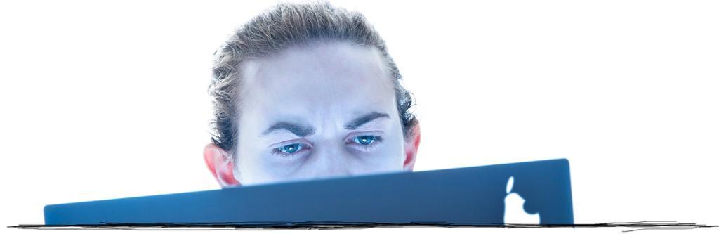 Ung gutt ser å skjerm. Bildeutsnitt.