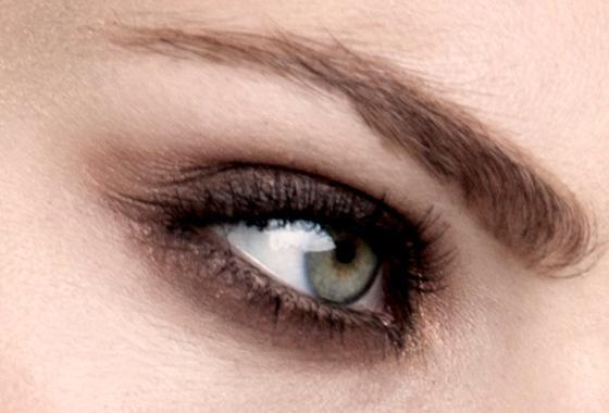 Ultranært bilde av et sminket øye. Foto.