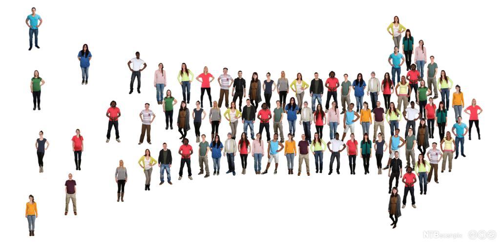 Gruppe mennesker som former en pil. Foto