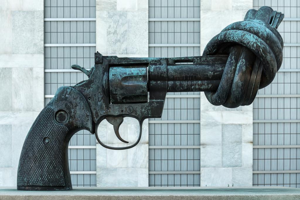 """Skulpturen """"Non-Violence"""" av Carl Fredrik Reuterswärd. Foto."""