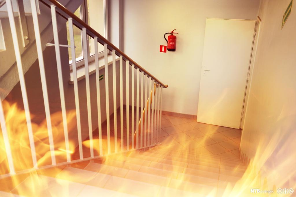 Brann i bygning. Flammer i trappeoppgangen. Foto.