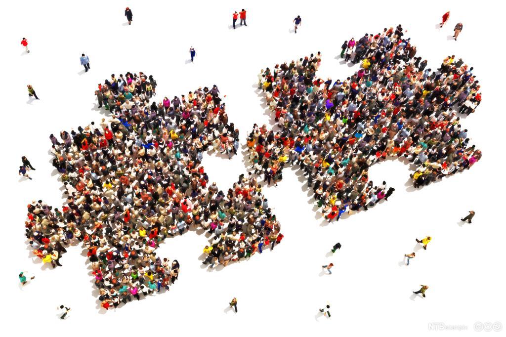 Mange mennesker danner to puslespillbiter. Illustrasjon.