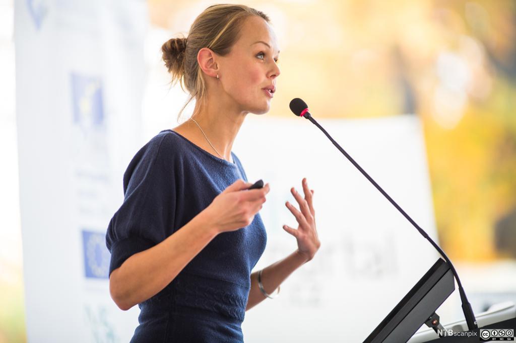 Kvinnelig foredragsholder. Foto.