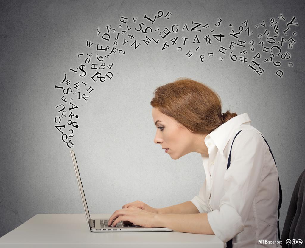 Kvinne skriver på sin bærbare datamaskin mens bokstaver flyr rundt. Foto.