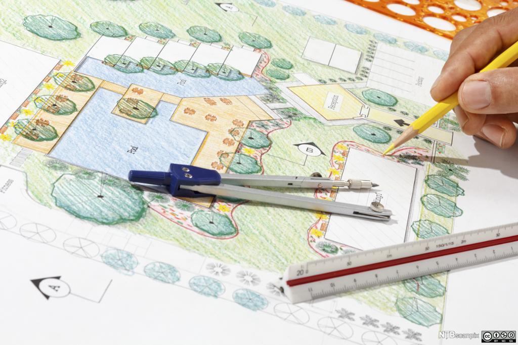 Nærbilde av hånd til en landskapsarkitekt som tegner. Foto.