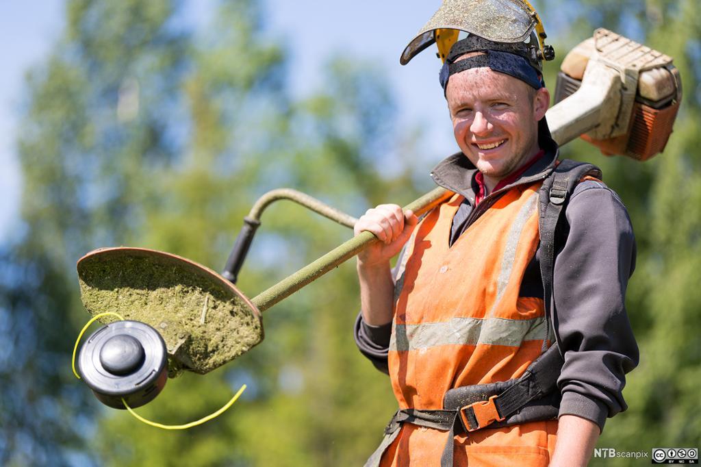 Anleggsgartner med gressklipper. Foto.