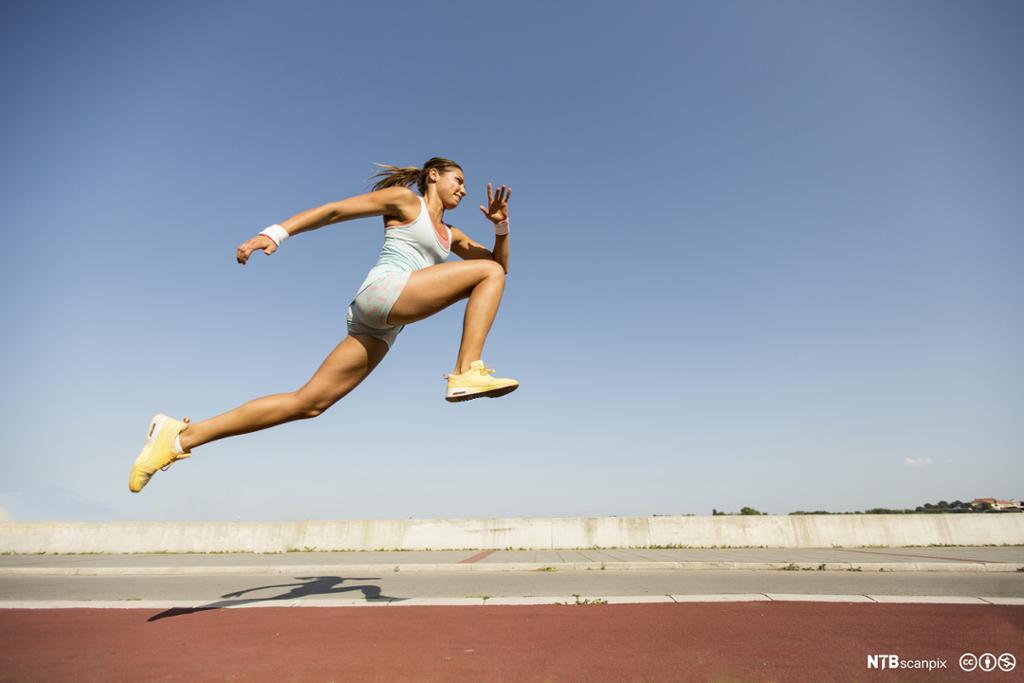 Jente hopper lengde. Foto.