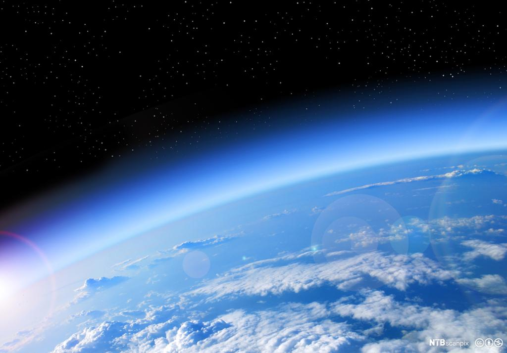 Utsnitt av jorda med atmosfære sett fra verdensrommet. Foto.