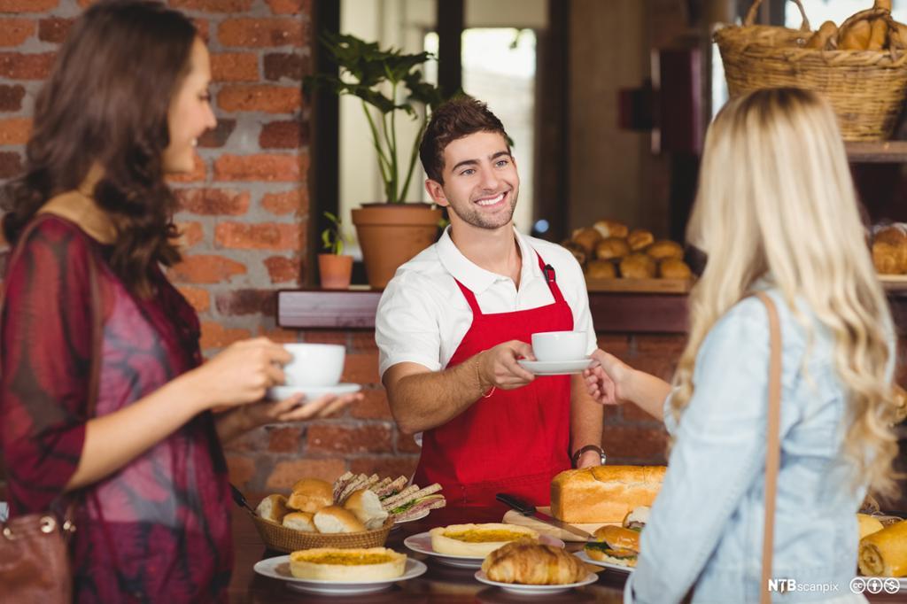 Kunder får servering på en kafë