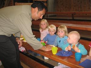 Barna har matpause. Foto.