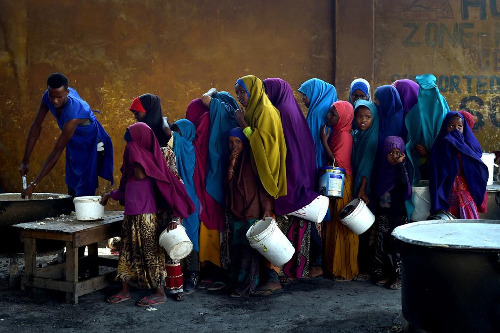 Unge jenter står i kø for å få utdelt mat ved et matsenter i Mogadishu, Somalia, i 2017. Foto.