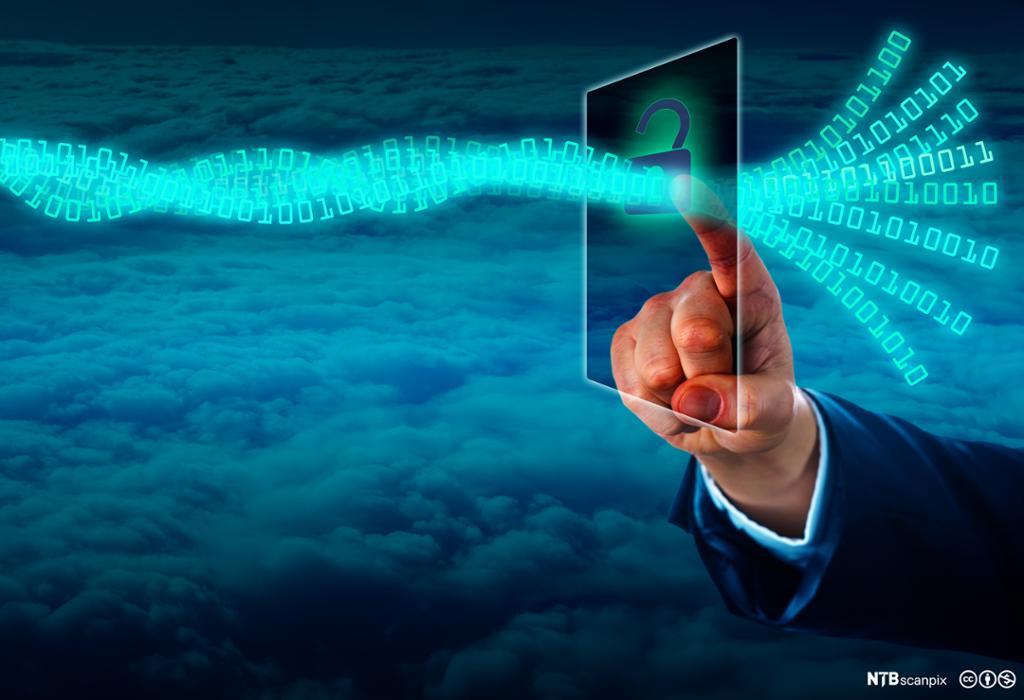 Hånd som låser opp en strøm av virtuell data på en skjerm. Foto.