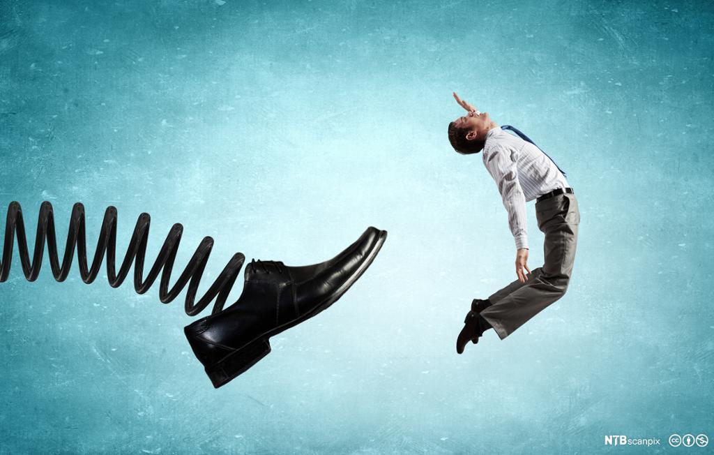 En mann blir sparket av en stor sko. Illustrasjon.
