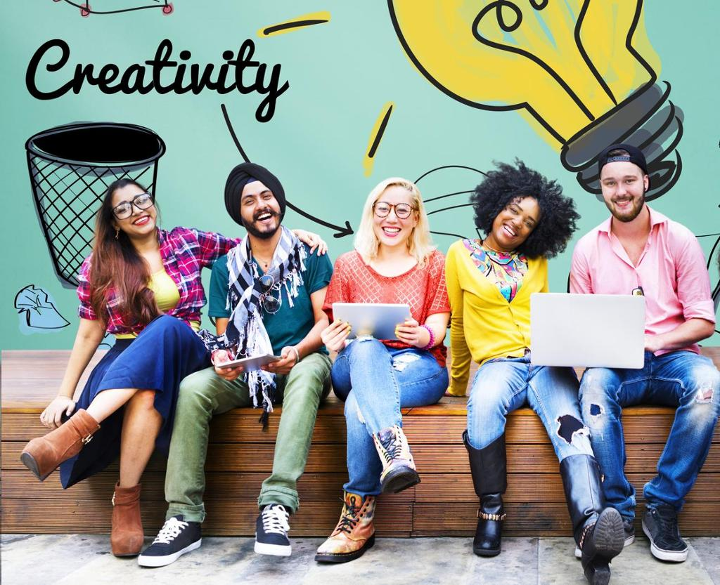 Studenter på en benk foran tavle med ressursikoner. Foto.