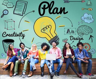"""Unge menensker på en benk foran tavle med ikoner, blant annet en stor lyspære, og ordene """"Plan"""", """"Creativity"""" og """"Design"""". Foto."""
