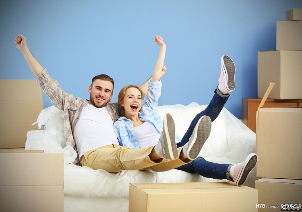 Lykkelig par i sin nye leilighet. Foto.