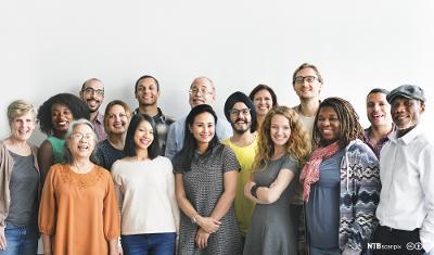 En gruppe med forskjellige mennesker. Foto.