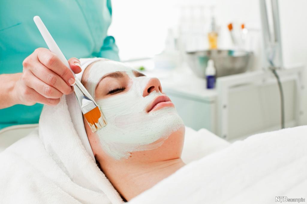 Hudpleier gir ansiktsbehandling. Foto.