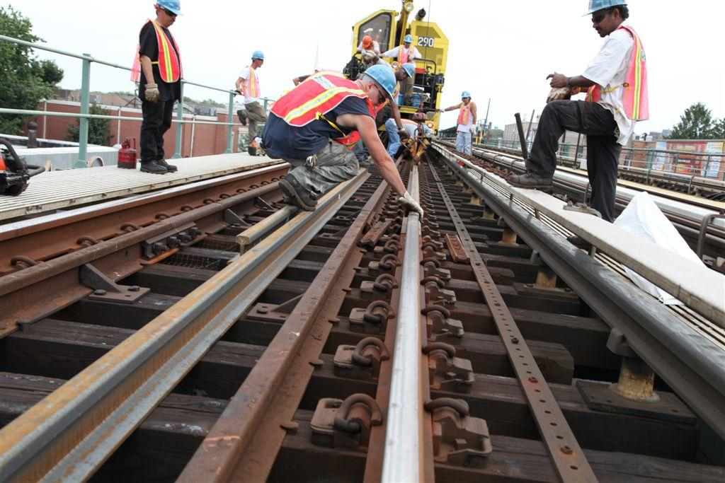 Banemontører på togskinner. Foto.