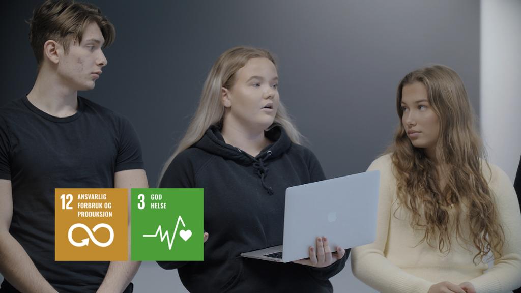 """Tre elever står ved ei tavle og presenterer bærekraftsmål. Logoen for målene """"ansvarlig forbruk og produksjon"""" og """"god helse"""" er redigert inn i bildet. Fotomontasje."""
