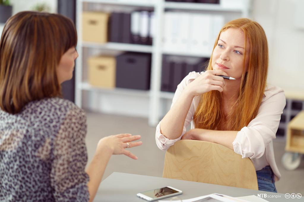 To kvinner som snakker sammen. Foto.