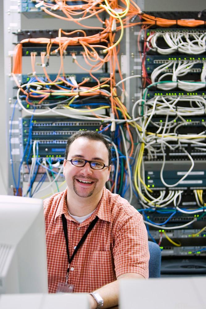 Smilende IT-tekniker. Foto.