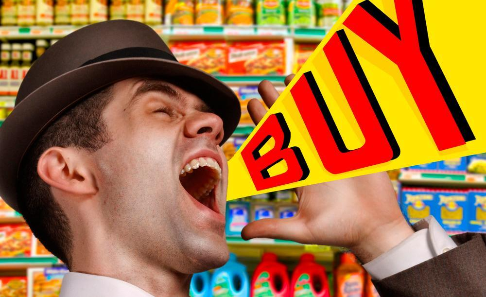 Montasje av foto og grafikk som viser en mann som står i en butikk og roper «Kjøp!». Foto.