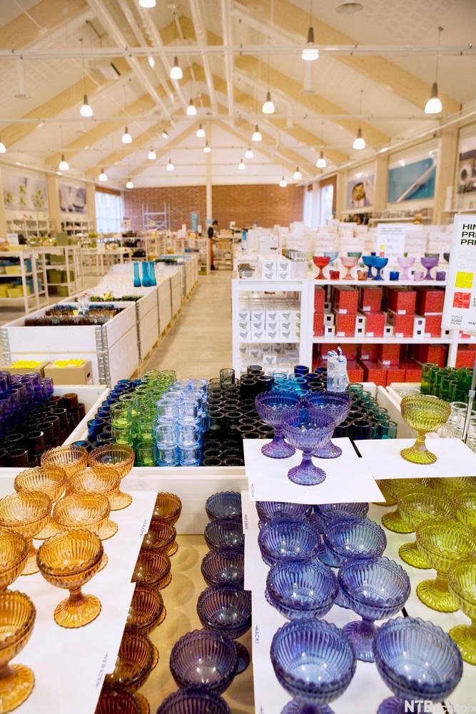 Utstilling av glassprodukter i iittalabutikk. Foto.