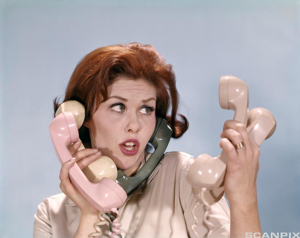 Bilete av ei frustrert frue med telefonar.