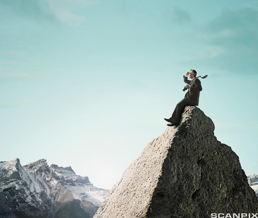 Mann på toppen av et fjell. Fotoillustrasjon.