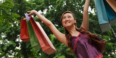Kvinne med handleposer. Foto.