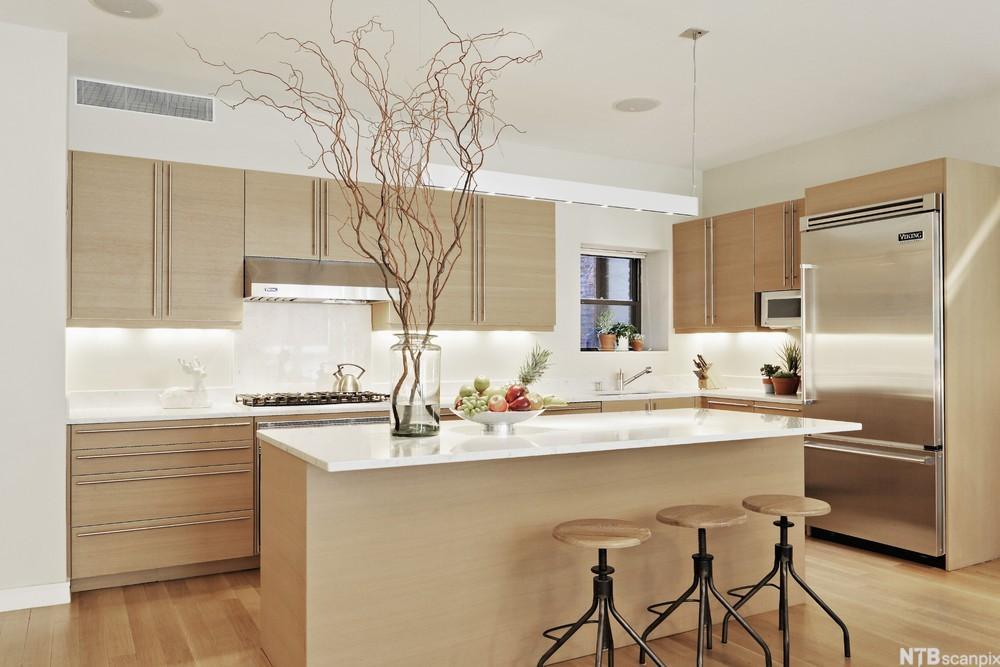 Kjøkken i minimalistisk stil. Foto.
