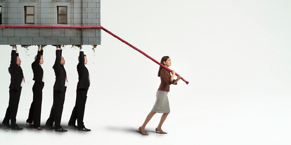 Illustrativt bilde av leder som drar et hus sombir løftet opp av mange ansatte.