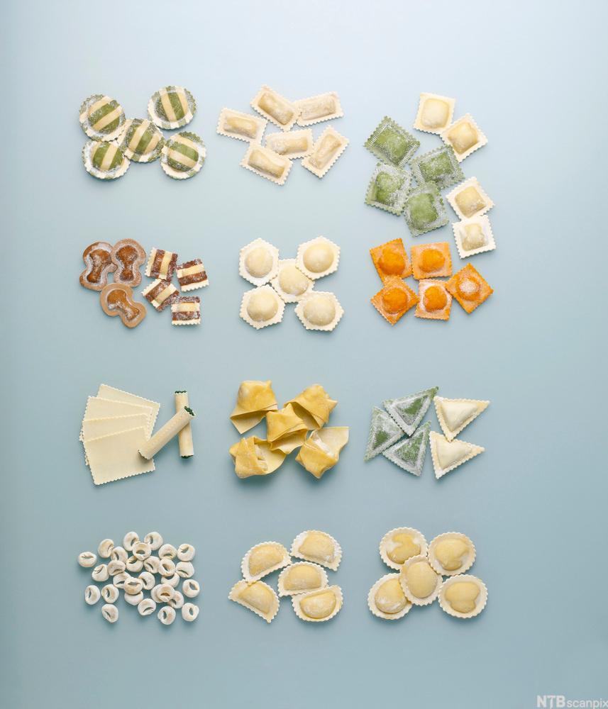 Et utvalg av pasta på en blå flate. Foto.