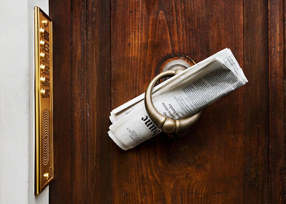 Avis levert på døren. Foto.