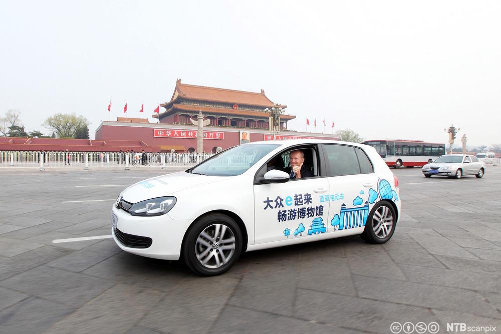 Elektrisk Volkswagen Golf på Tiananmenplassen i Kina. Foto.