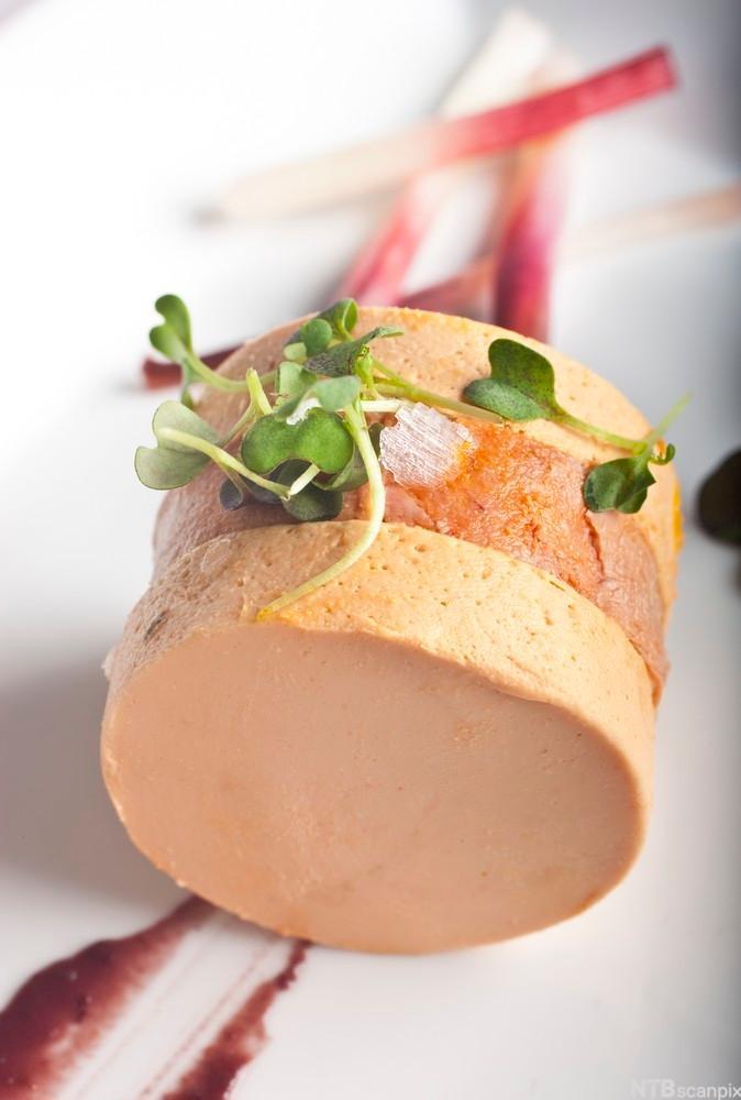 Breiflabb-leverparfait med svart olivenpudding. Foto.