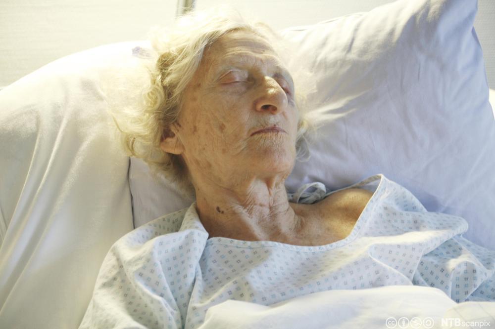 Eldre kvinne sover. Foto.
