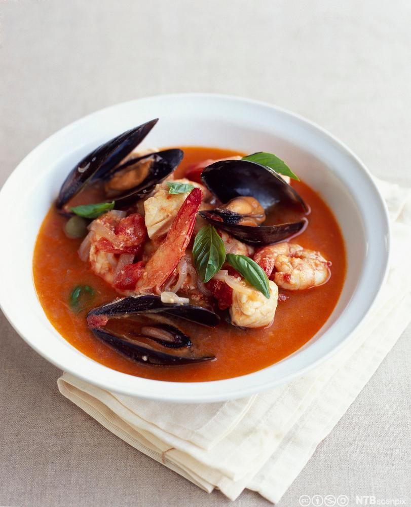Fransk fiskesuppe i en skål. Foto.