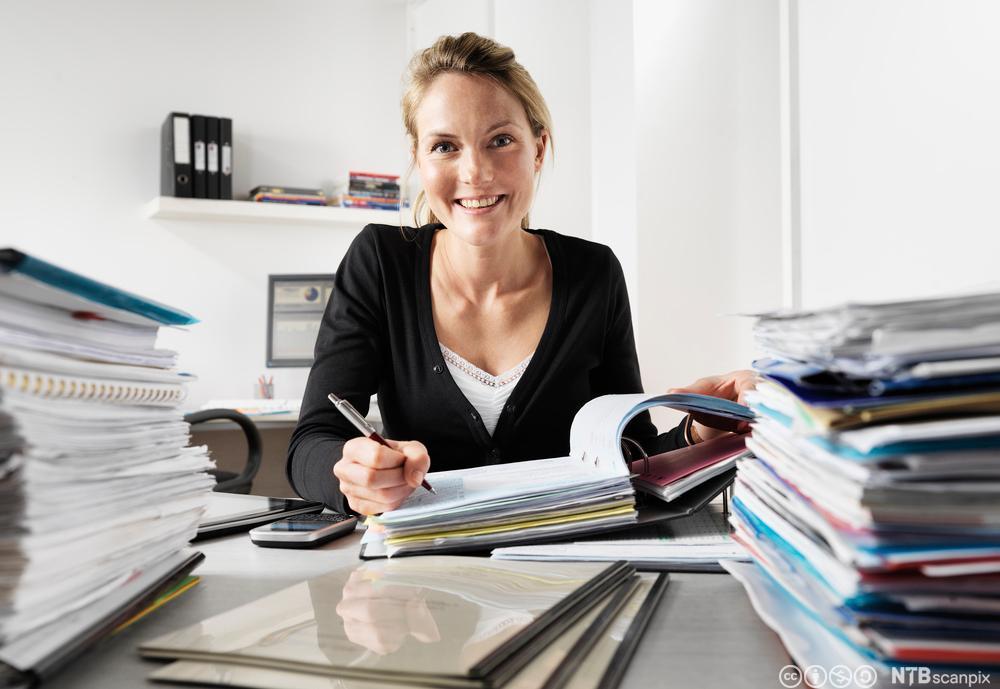 Kvinne utfører kontorarbeid. Foto.