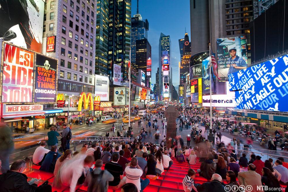 Times Square med mange mennesker og neonlys. Foto.