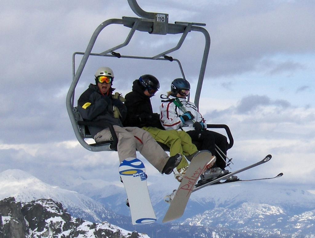 Tre skiløpere i skiheisen Glacier express. Foto.