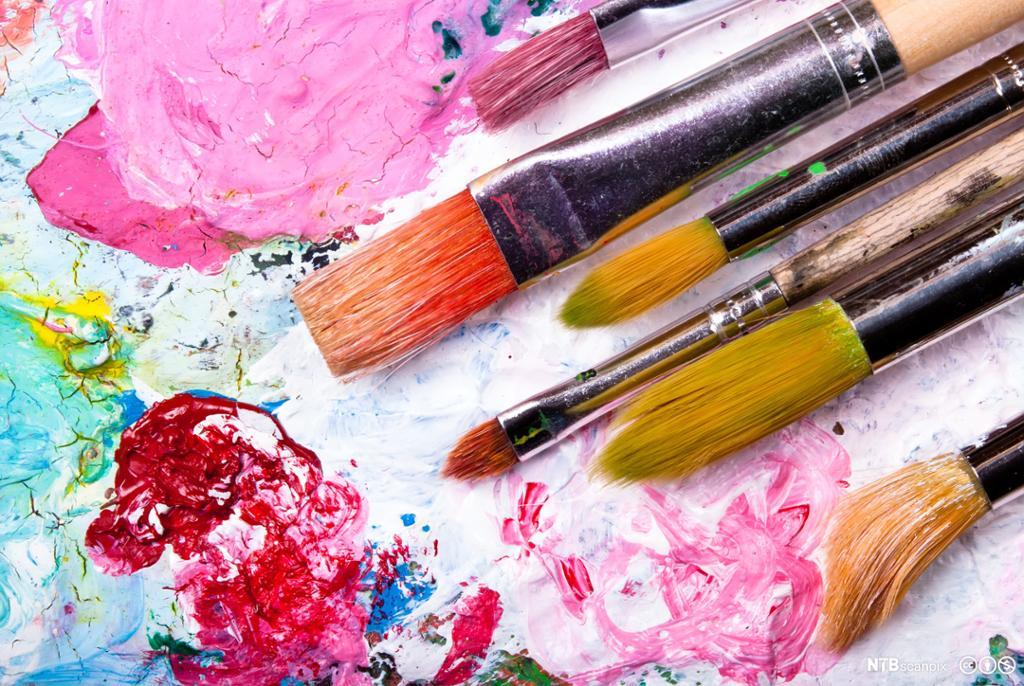 Pensler på fargerik palett. Foto.