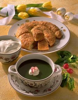 Spinatsuppe med rømme og brød. Foto.