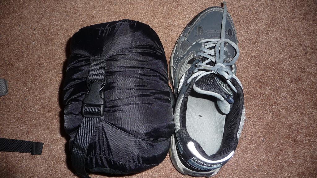 Sko og komprimert sovepose. Foto.