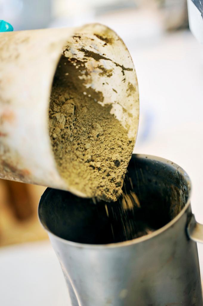 Tømme pulver i kopp. Foto.