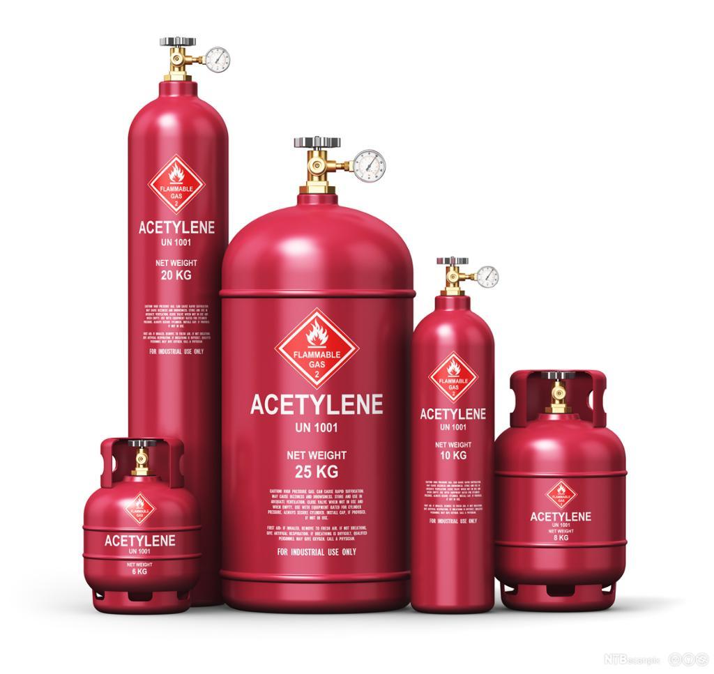 5 røde gassflasker i forskjellige størrelser. Den minste er 6 kilo, den største 25 kilo. Foto.