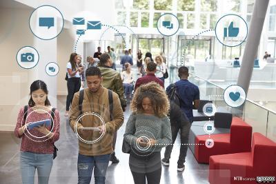 Ungdommer ser på mobiltelefonen sin, grafiske elementer viser konvolutter, likes og hjerter. Kollasj.